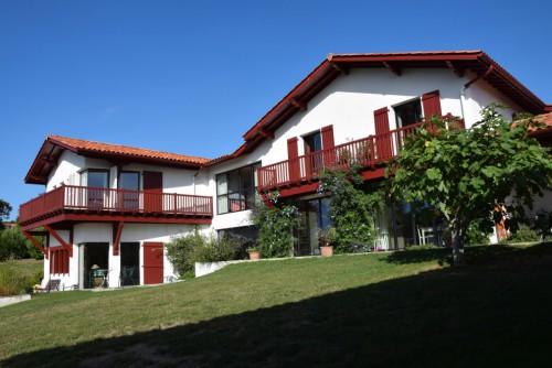 Saint Pée sur nivelle, corps de ferme rénové, majestueuse villa contemporaine